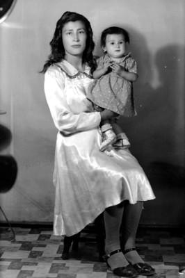 Mujer sentada con niña en brazos, retrato