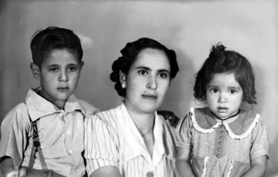 Mujer con dos niños, retrato de busto