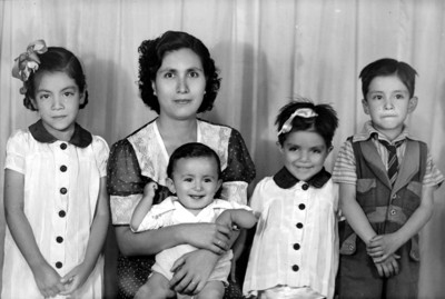 Mamá con cuatro hijos, retrato de grupo