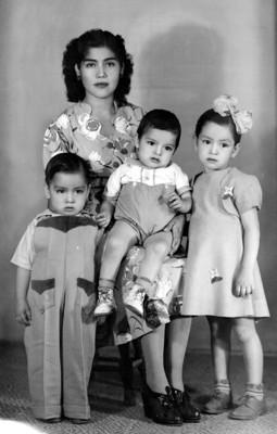 Mamá y tres hijos, retrato de grupo