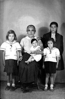 Mamá, abuela, nietos, retrato de grupo
