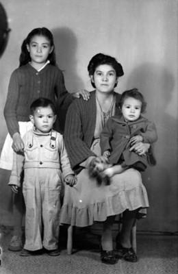 Mujer y tres niños, retrato de grupo