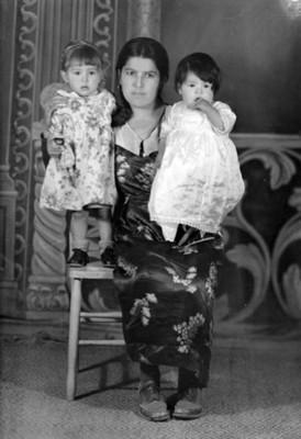 Mujer con dos niñas, retrato de grupo