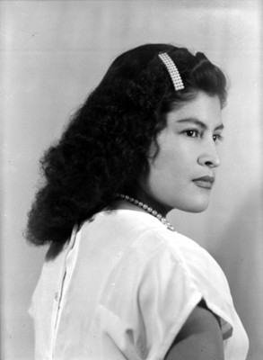 Mujer de pelo ondulado, retrato de perfíl