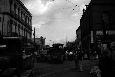 """Vida cotidiana en una calle aledaña al mercado """"Martínez de la Torre"""""""