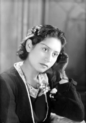 Mujer de pelo corto ondulado, retrato de busto