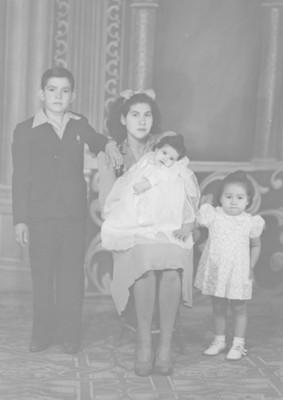 Mamá y tres niños, retrato de grupo