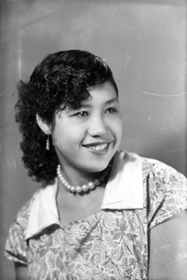 Mujer de pelo chino sonriente, retrato de busto