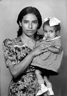 Mujer con su hija en brazos, retrato