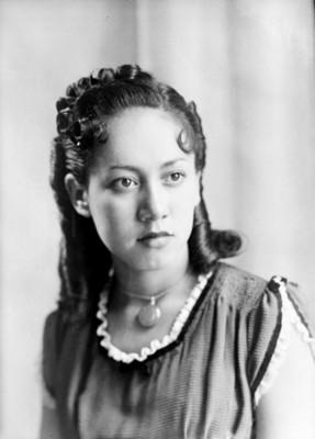 Muchacha con peinado de rizos y medalla al cuello, retrato