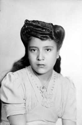 Muchacha con medalla, retrato