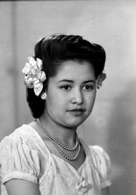 Muchacha con flores en el cabello y collar, retrato