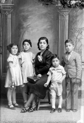 Madre acompañada de cuatro hijos, retrato