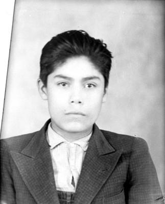 Adolescente con saco y overol, retrato