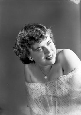 Mujer sonriente con los hombros descubiertos, retrato