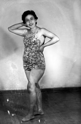 Mujer posando en traje de baño, retrato