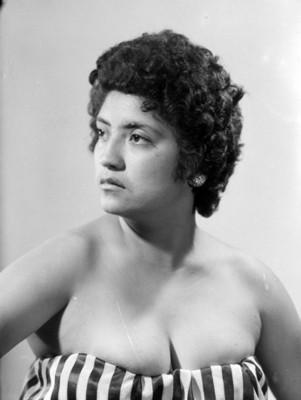 Mujer con vestido de hombros descubiertos, retrato