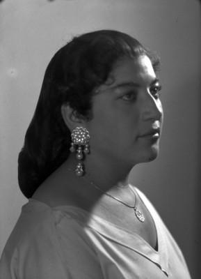 Mujer con pendientes, retrato
