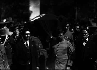 Manuel W. González y varias personas acompañan un cortejo fúnebre