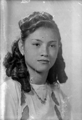 Muchacha con peinado de rizos, retrato