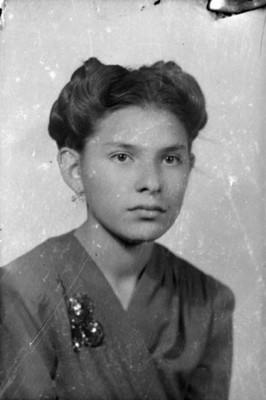 Muchacha con el cabello recogido, retrato