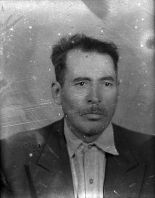 Hombre con saco y bigote, retrato