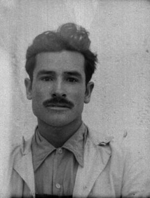 Hombre de condición humilde con overol y bigote, retrato