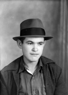 Muchacho con sombrero, retrato