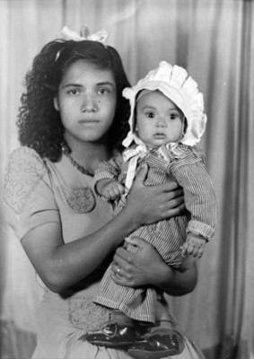 Muchacha con su hijo en brazos, retrato