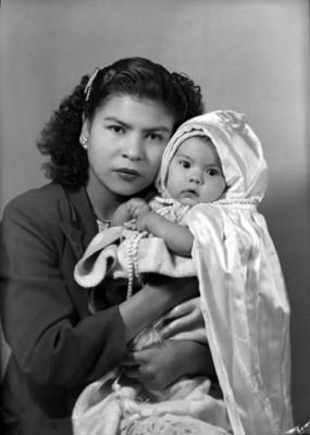 Mujer con su bebé, retrato