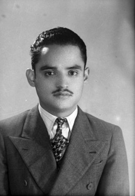 Hombre con traje y bigote, retrato