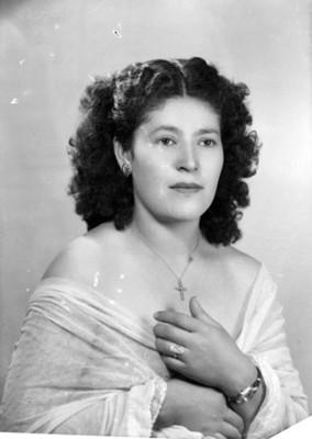 Mujer con los hombros descubiertos, retrato