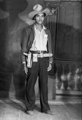 Hombre con tejana y pistola a la cintura, retrato