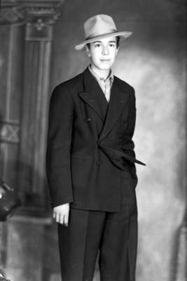 Hombre clase media con sombrero y una mano en el bolsillo del pantalón, retrato