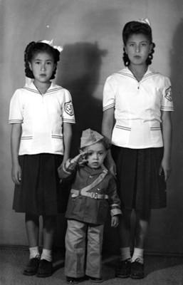 Niñas y niño con uniforme, retrato