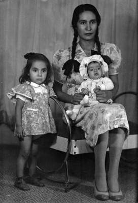 Padre y madre con hijos de clase media, retrato
