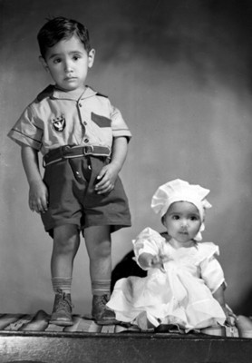 Pareja de niños, niña y niño de clase alta, retrato