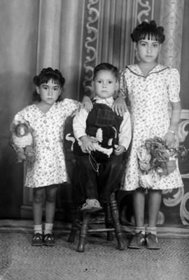 Dos niñas y un niño de clase media, retrato