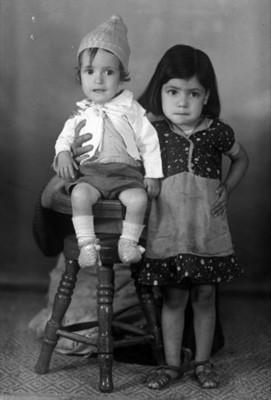 Niño y niña clase media baja, retrato