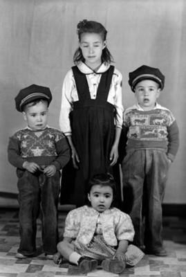 Dos niñas y dos niños, retrato