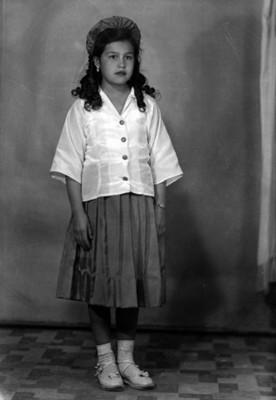Niña con uniforme escolar