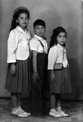 Dos niñas y un niño con uniforme escolar, retrato