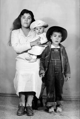 Mujer de clase baja con sus dos hijos