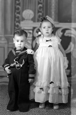 Pareja de niños de clase alta, niño y niña aproximadamente tres y cuatro años, r