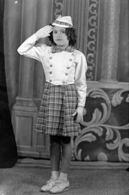 Niña con uniforme escolare, retrato