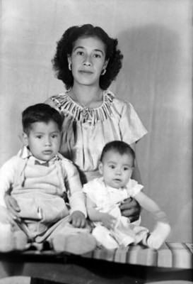 Madre e hijos de clase media, retrato