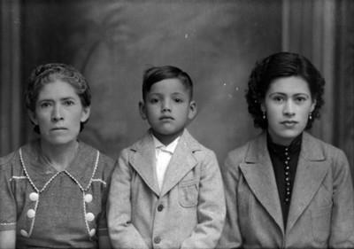 Madre, hija e hijo de clase media de frente, retrato