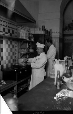 """Jesús Graña """"El hombre feliz"""" preparando comida en una cocina"""