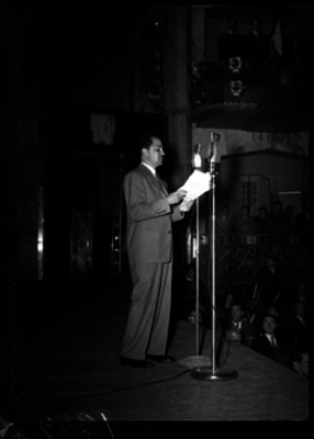 Manuel Gual Vidal pronunciando un discurso durante una ceremonia en el Palacio de Bellas Artes