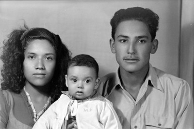 Padres de clase media con hijo en brazos, retrato